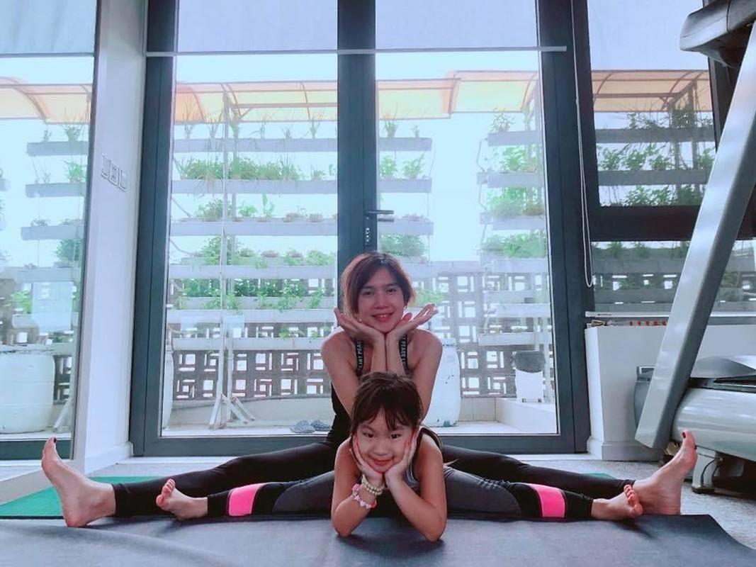 Ngam cac nhoc ti nha sao Viet tap yoga, uon deo dieu luyen cung me-Hinh-4