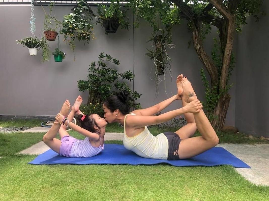 Ngam cac nhoc ti nha sao Viet tap yoga, uon deo dieu luyen cung me-Hinh-6