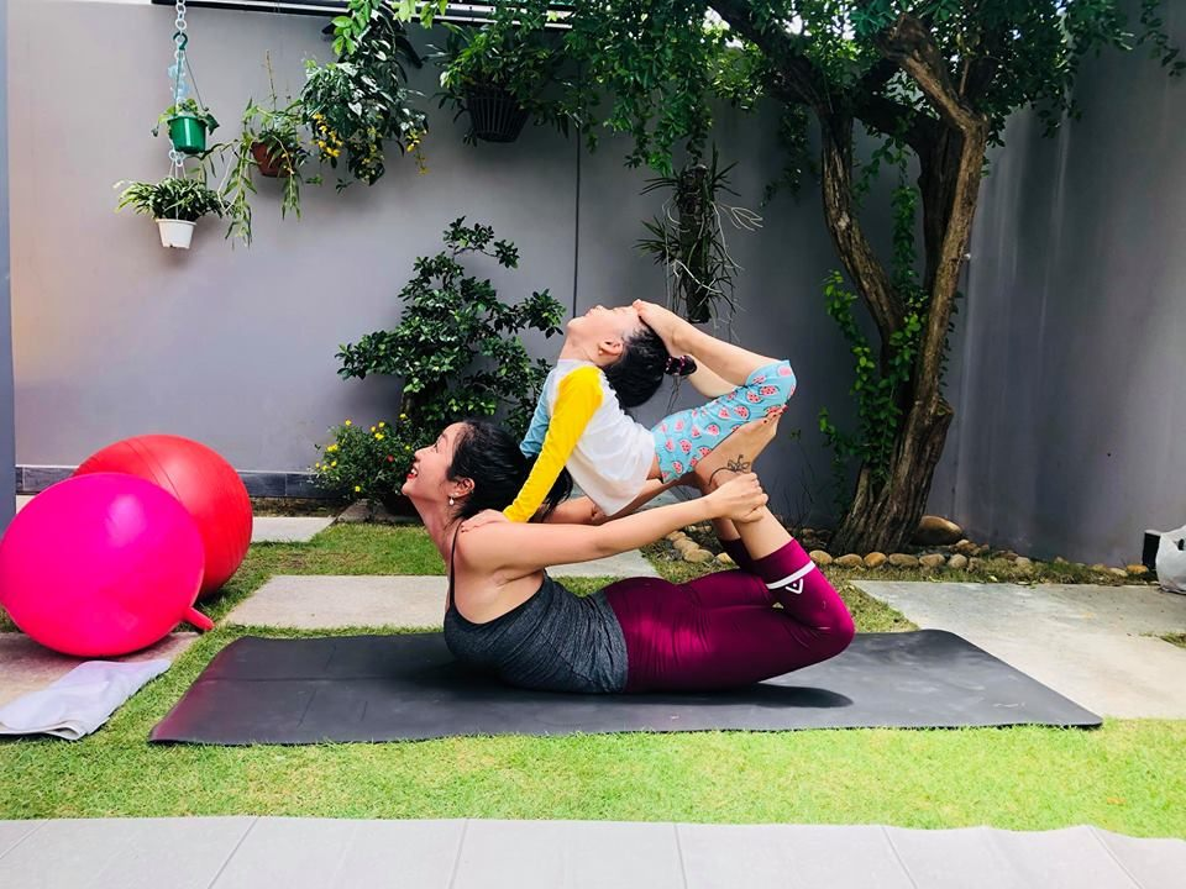 Ngam cac nhoc ti nha sao Viet tap yoga, uon deo dieu luyen cung me-Hinh-7