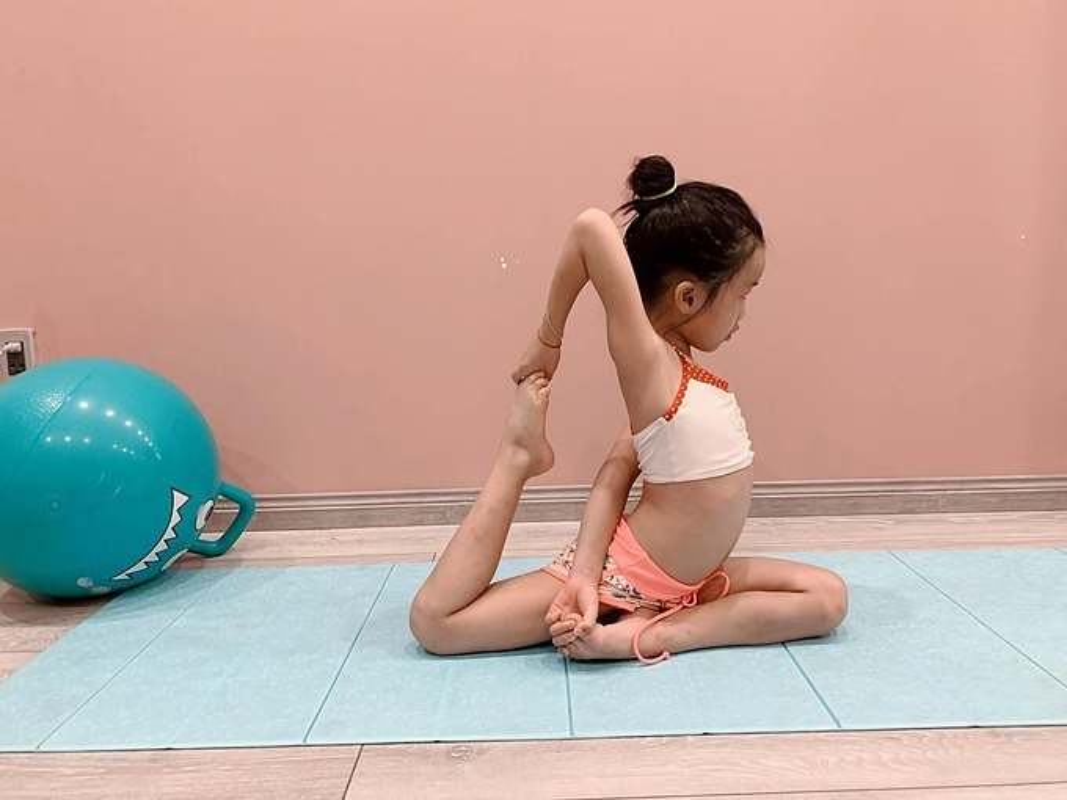 Ngam cac nhoc ti nha sao Viet tap yoga, uon deo dieu luyen cung me-Hinh-9