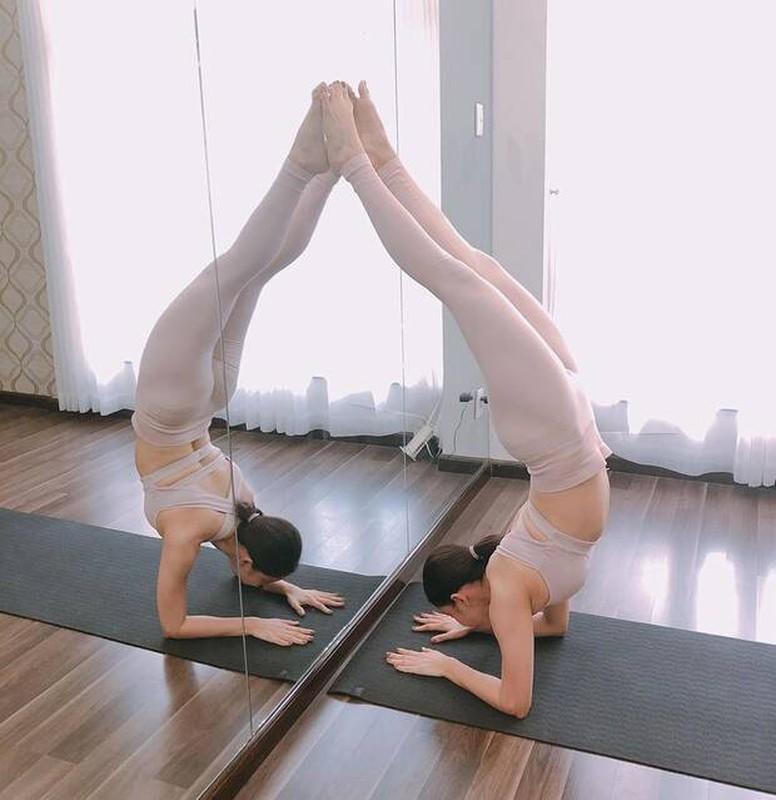 Truong Quynh Anh cham chi tap yoga khoe voc dang nong bong-Hinh-4