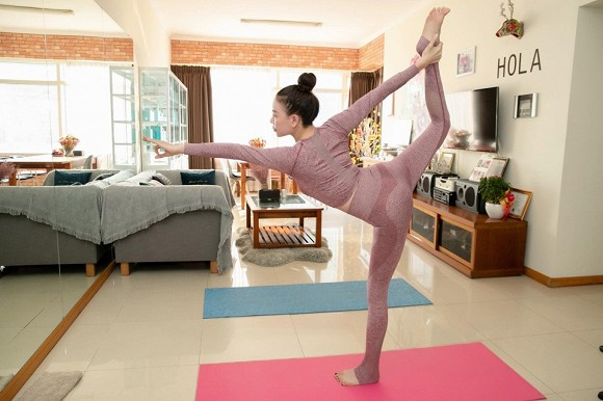 "Tra Ngoc Hang tap yoga giu dang ""sexy den nghet tho"""