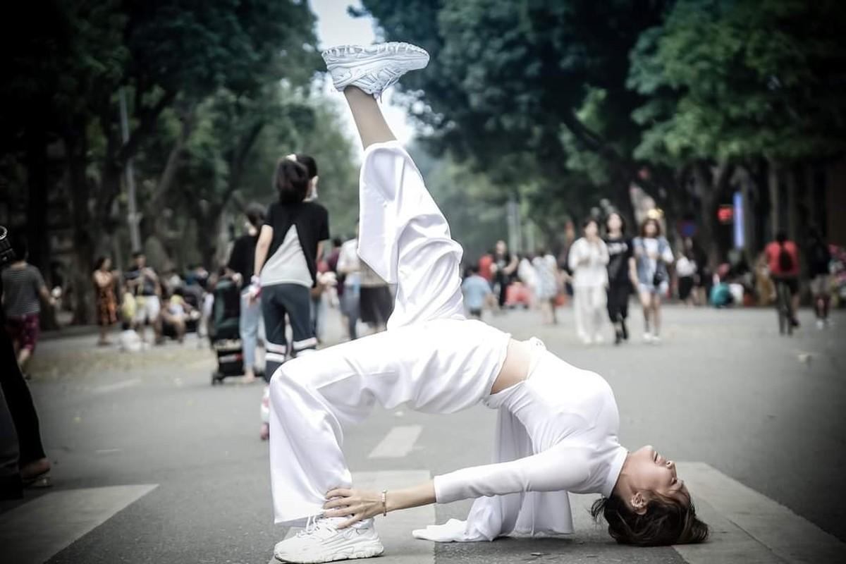 Nhung lan nu sinh Viet gay soc vi cach dien ao dai phan cam