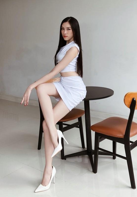 "Nu MC Viet chan dai 1,1m gay sot voi gu thoi trang goi cam ""muot mat""-Hinh-3"