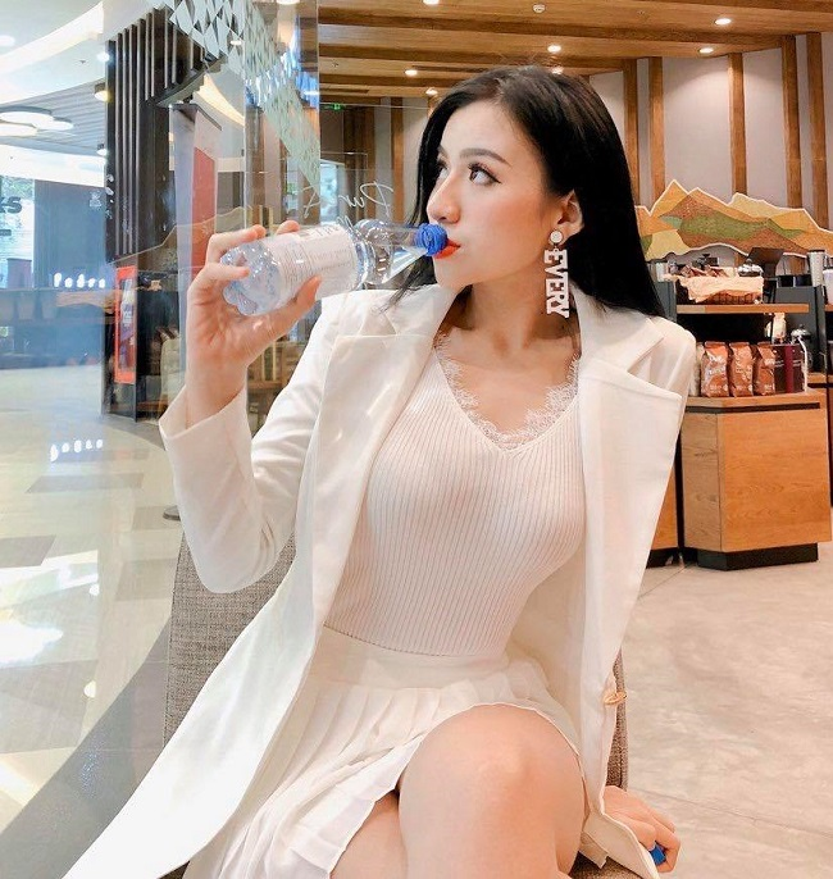"""""""Hot girl cong so Quang Ngai"""" theo duoi gu thoi trang sexy """"het nac""""-Hinh-3"""