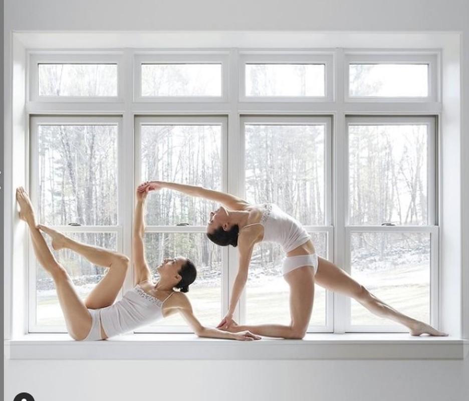 Chi em sinh doi gay sot voi nhung tu the yoga cuc goi cam-Hinh-10