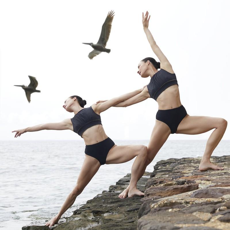 Chi em sinh doi gay sot voi nhung tu the yoga cuc goi cam-Hinh-3