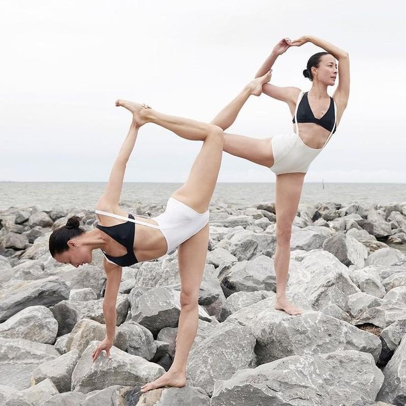 Chi em sinh doi gay sot voi nhung tu the yoga cuc goi cam-Hinh-4