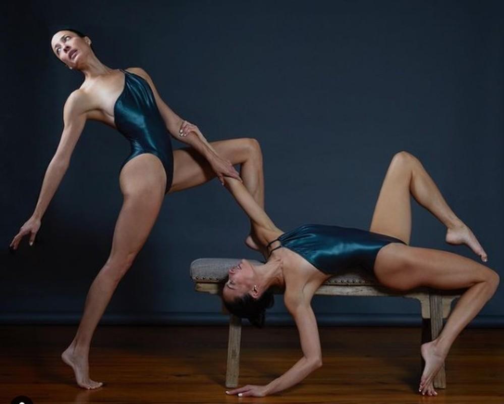 Chi em sinh doi gay sot voi nhung tu the yoga cuc goi cam