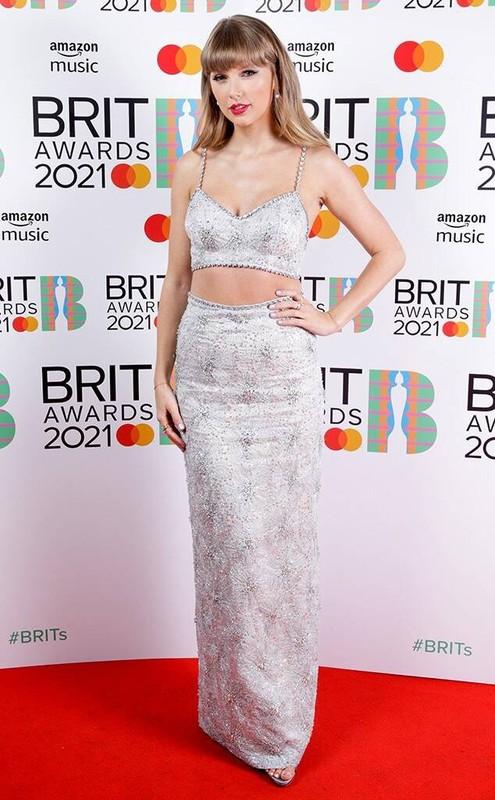 """""""Nong mat"""" loat my nhan mac trang phuc ho bao tai tham do Brit Awards 2021-Hinh-3"""