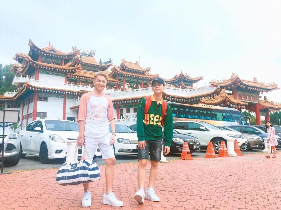 Hot boy dong tinh duoc ban trai tang qua Tet