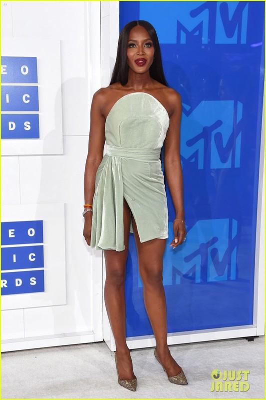 Naomi Campbell lo hang tren tham do MTV VMA 2016-Hinh-2