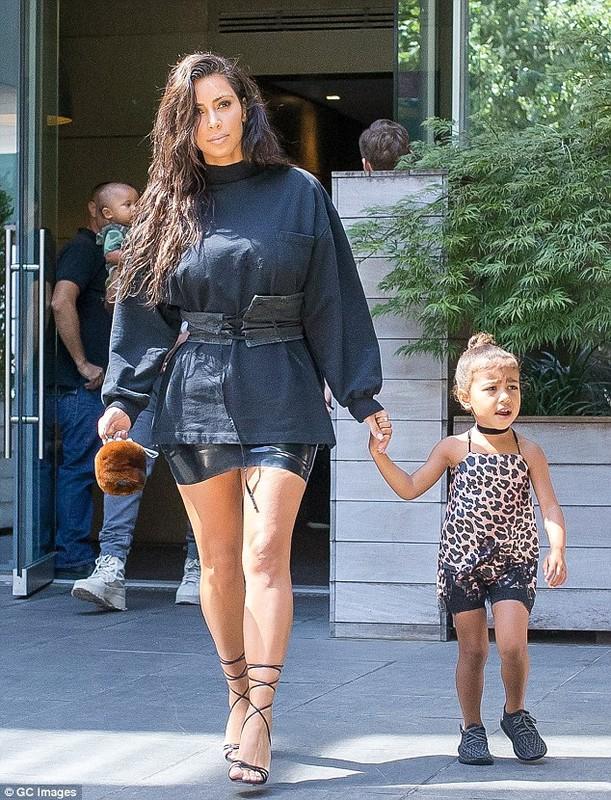 Vo chong Kim Kardashian dua hai con di mua sam-Hinh-7