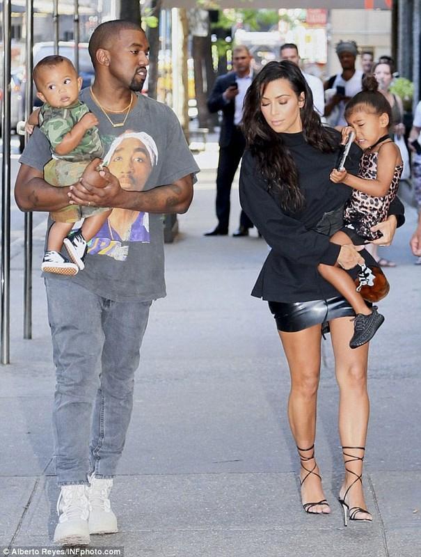 Vo chong Kim Kardashian dua hai con di mua sam