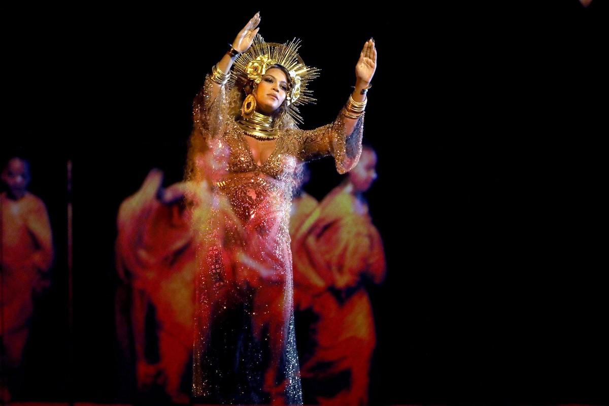 Beyonce om bung bau thai doi hat tren san khau Grammy 2017-Hinh-2