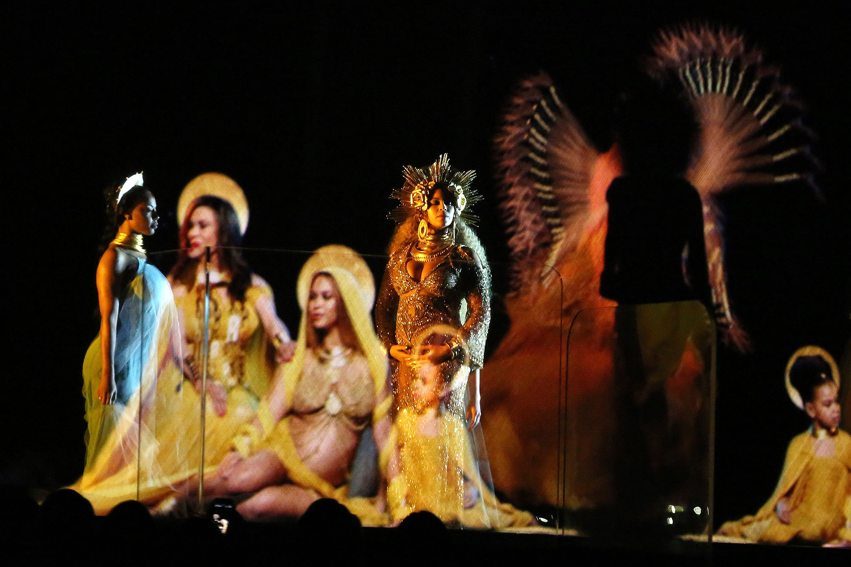 Beyonce om bung bau thai doi hat tren san khau Grammy 2017-Hinh-3