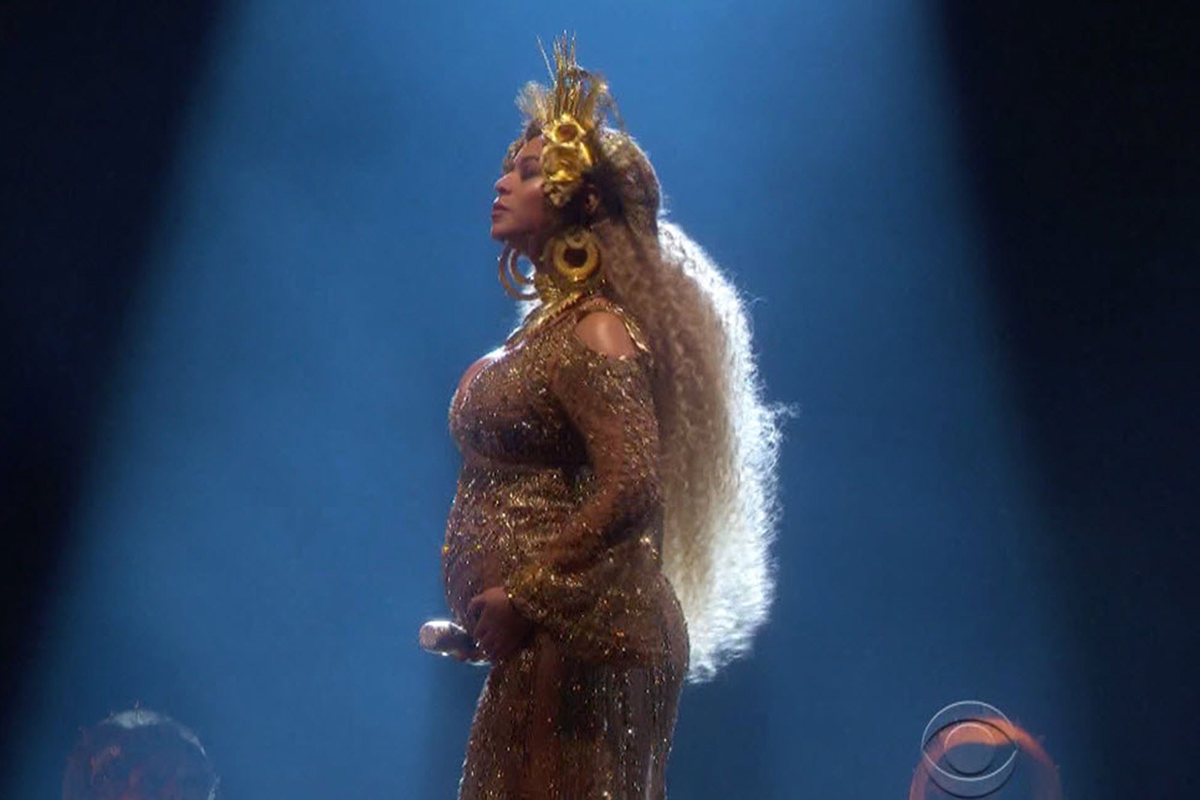 Beyonce om bung bau thai doi hat tren san khau Grammy 2017-Hinh-4