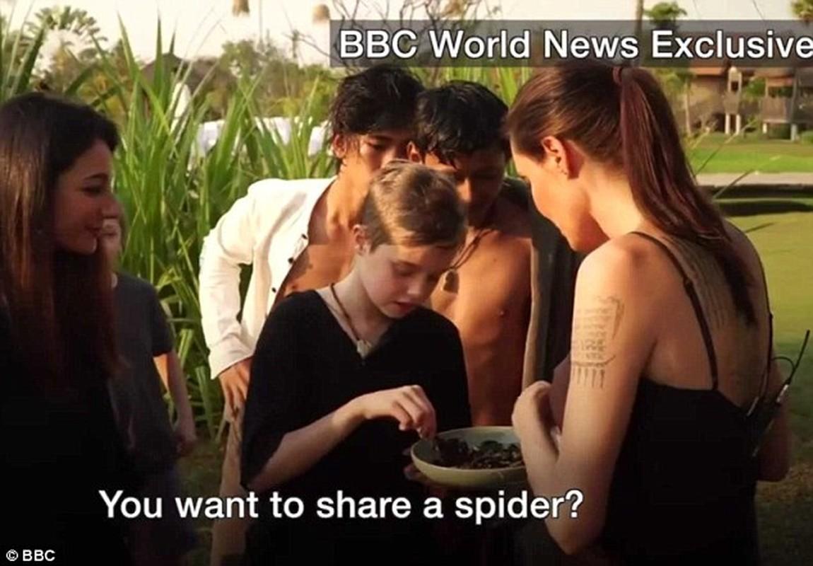 7 me con Angelina Jolie an bo cap, nhen o Cambodia-Hinh-4