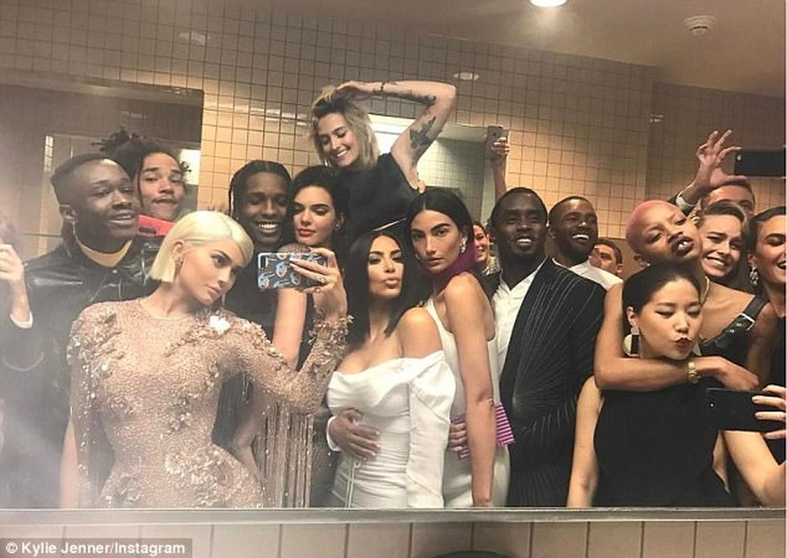 Sao Hollywood tranh nhau chup anh tu suong trong toilet