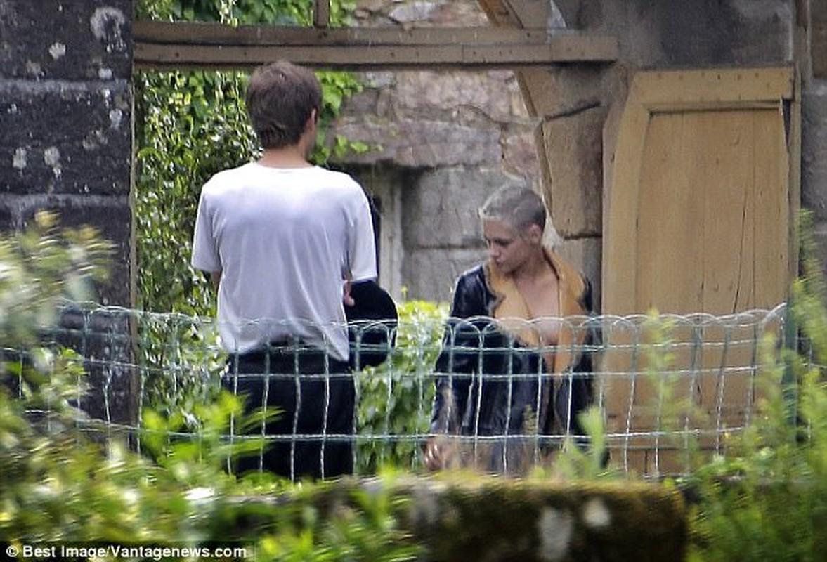 Kristen Stewart ho henh lo nguc khi den tham nguoi tinh dong gioi-Hinh-3