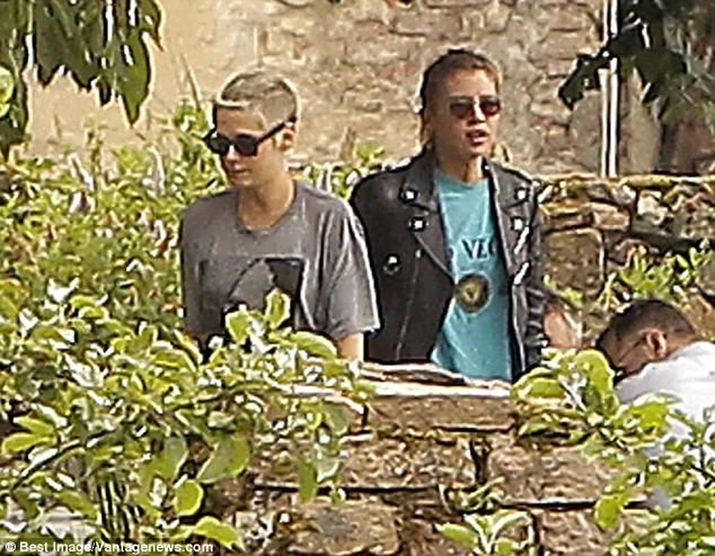 Kristen Stewart ho henh lo nguc khi den tham nguoi tinh dong gioi-Hinh-5