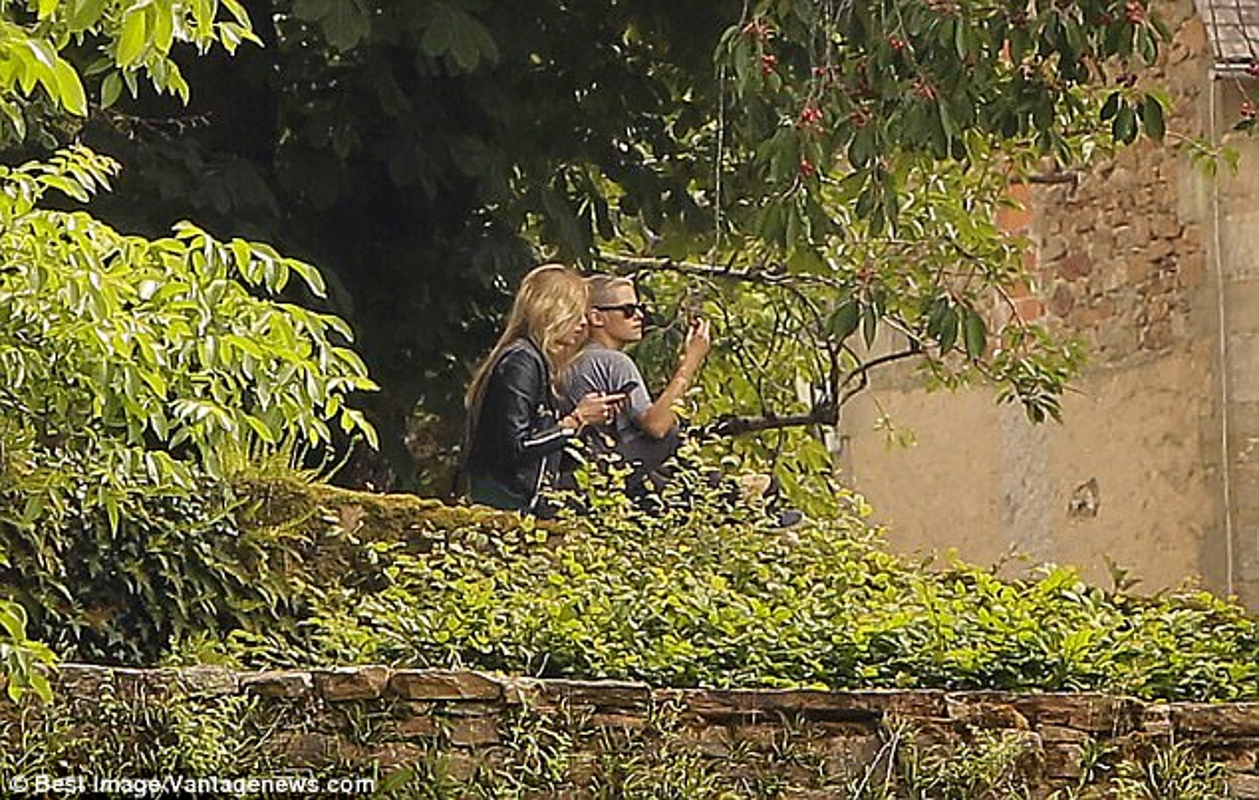 Kristen Stewart ho henh lo nguc khi den tham nguoi tinh dong gioi-Hinh-7