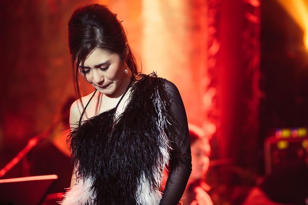 Huong Tram khoc trong show dien cuoi truoc khi tam dung su nghiep-Hinh-2