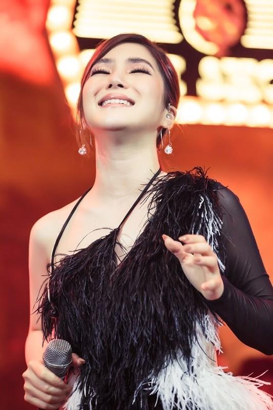 Huong Tram khoc trong show dien cuoi truoc khi tam dung su nghiep-Hinh-7