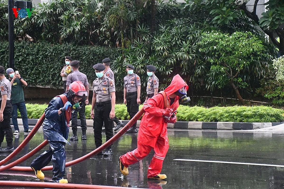 Jakarta phun thuoc khu trung toan thanh pho ngan dich Covid-19-Hinh-3