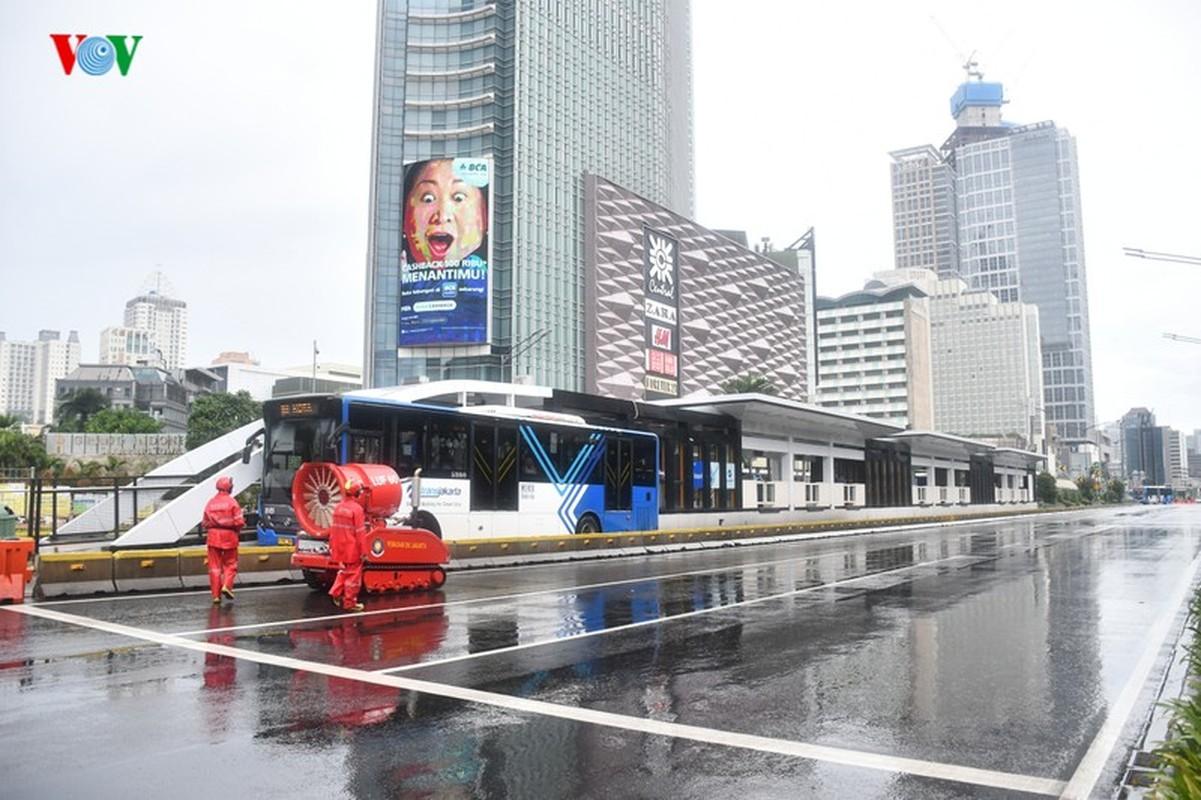 Jakarta phun thuoc khu trung toan thanh pho ngan dich Covid-19-Hinh-4
