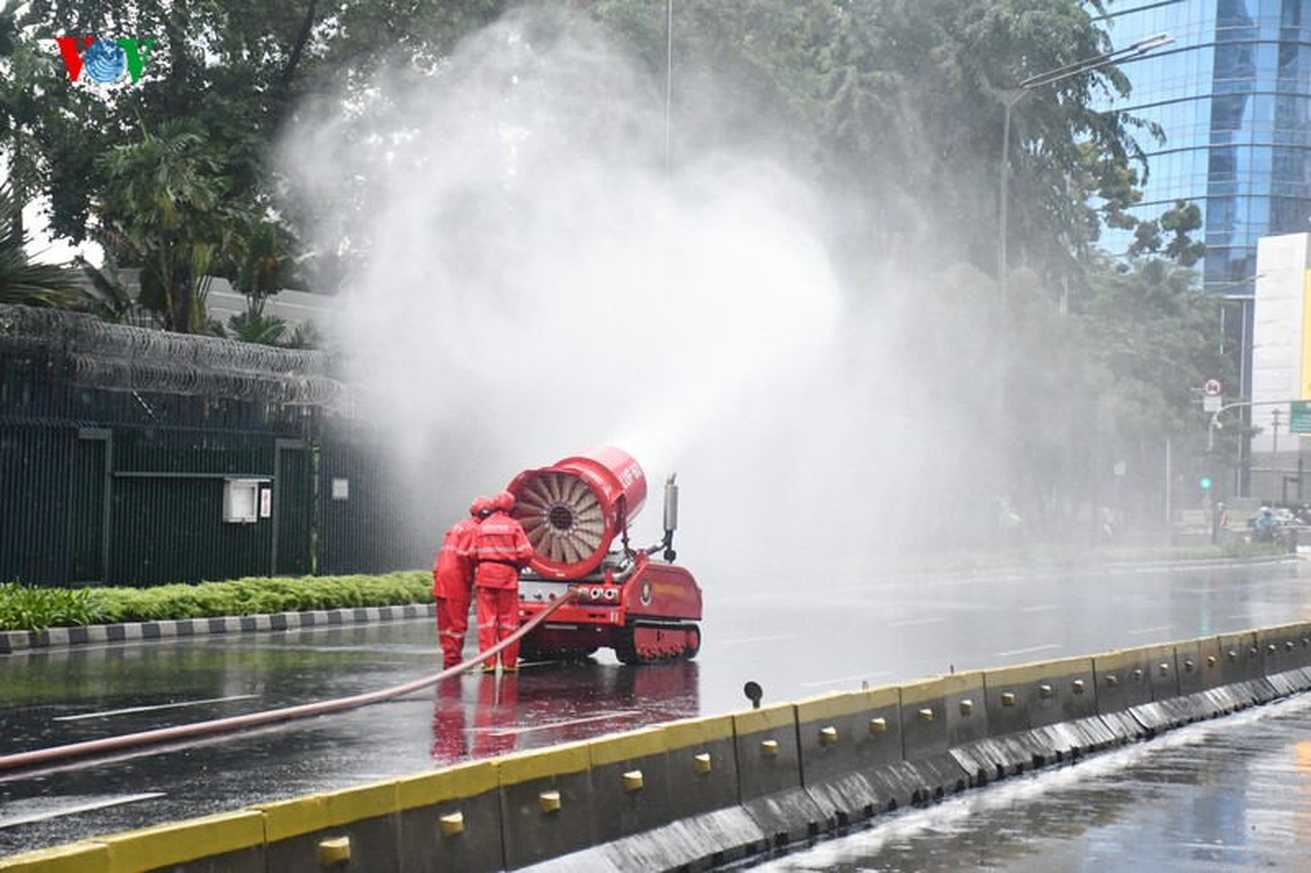 Jakarta phun thuoc khu trung toan thanh pho ngan dich Covid-19-Hinh-5