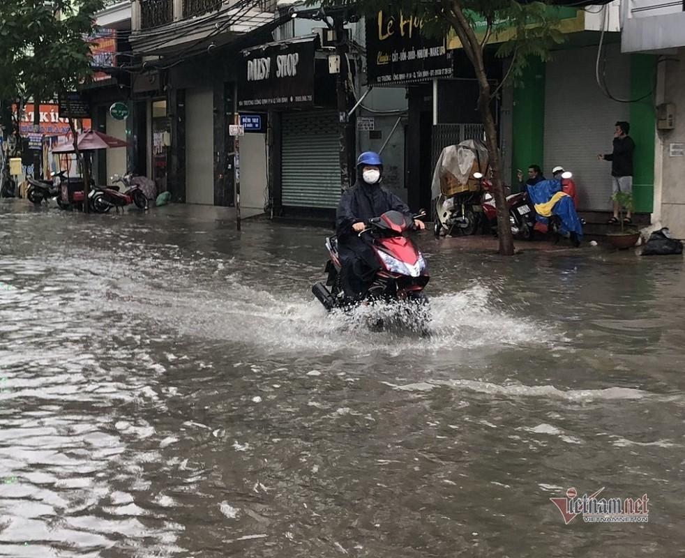 Cua ngo san bay Tan Son Nhat ngap lenh lang sau mua lon-Hinh-3