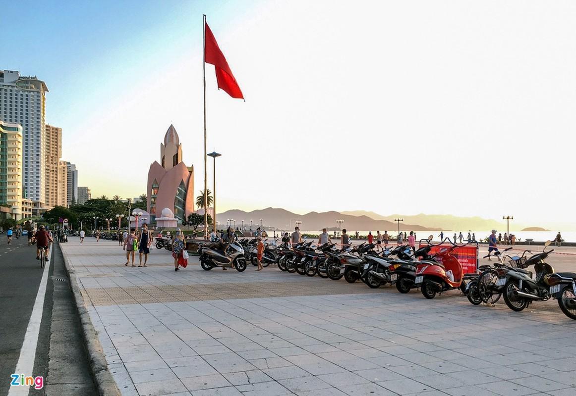 Dung xe chat kin via he, nguoi dan Nha Trang un un di tam bien-Hinh-7