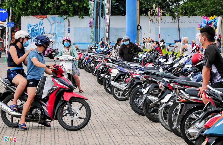 Dung xe chat kin via he, nguoi dan Nha Trang un un di tam bien-Hinh-8