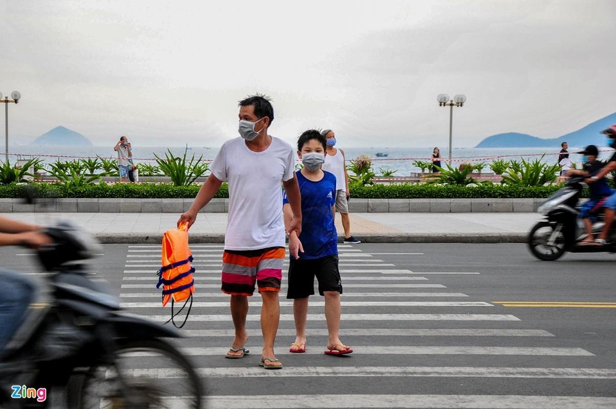 Dung xe chat kin via he, nguoi dan Nha Trang un un di tam bien-Hinh-9