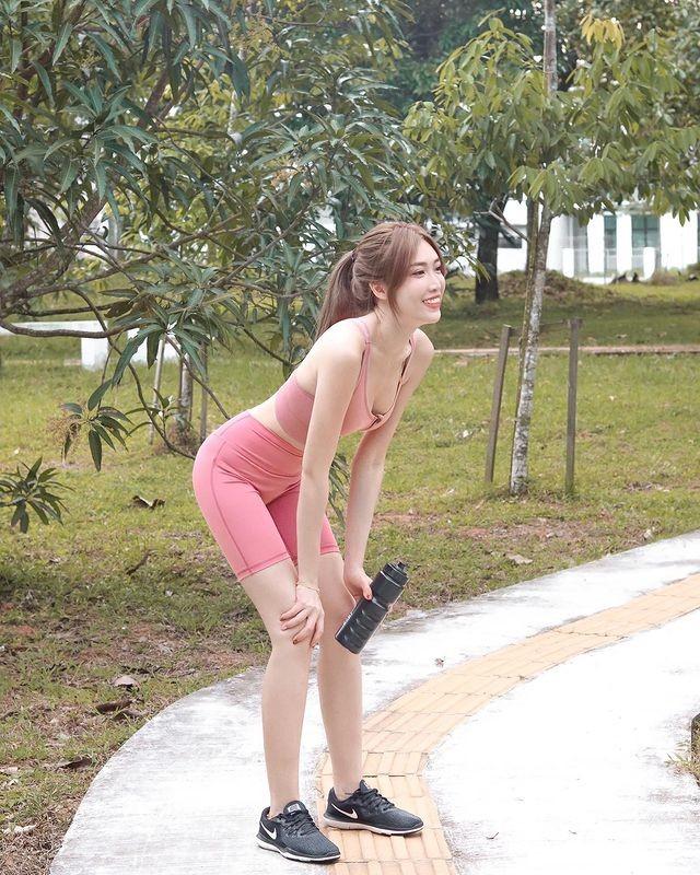Hot girl Malaysia khoe eo thon, nguc no nho tap luyen khac kho-Hinh-5