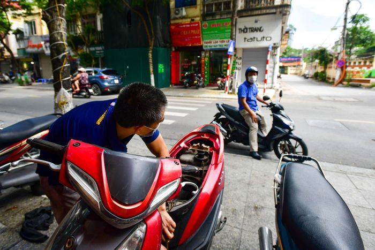 Hang rua oto, sua xe may dong khach khi Ha Noi noi gian cach-Hinh-3