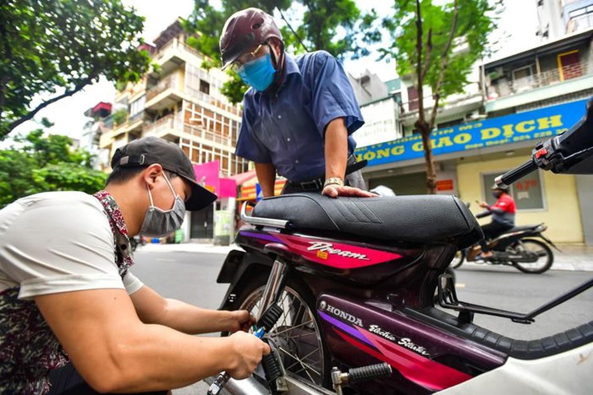 Hang rua oto, sua xe may dong khach khi Ha Noi noi gian cach
