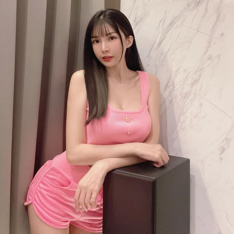 Hot girl dien do bo sat, khoe triet de duong cong co the-Hinh-2
