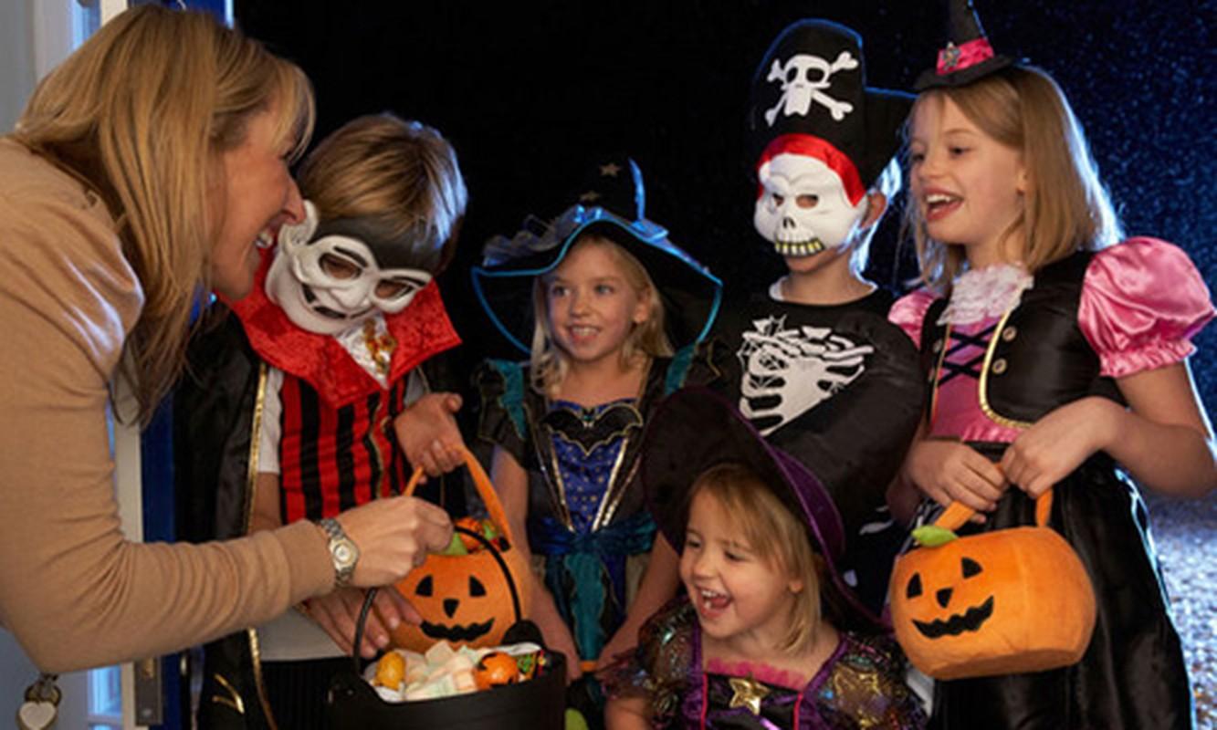 "Vi sao co tro ""cho keo hay bi gheo"" trong le Halloween?"