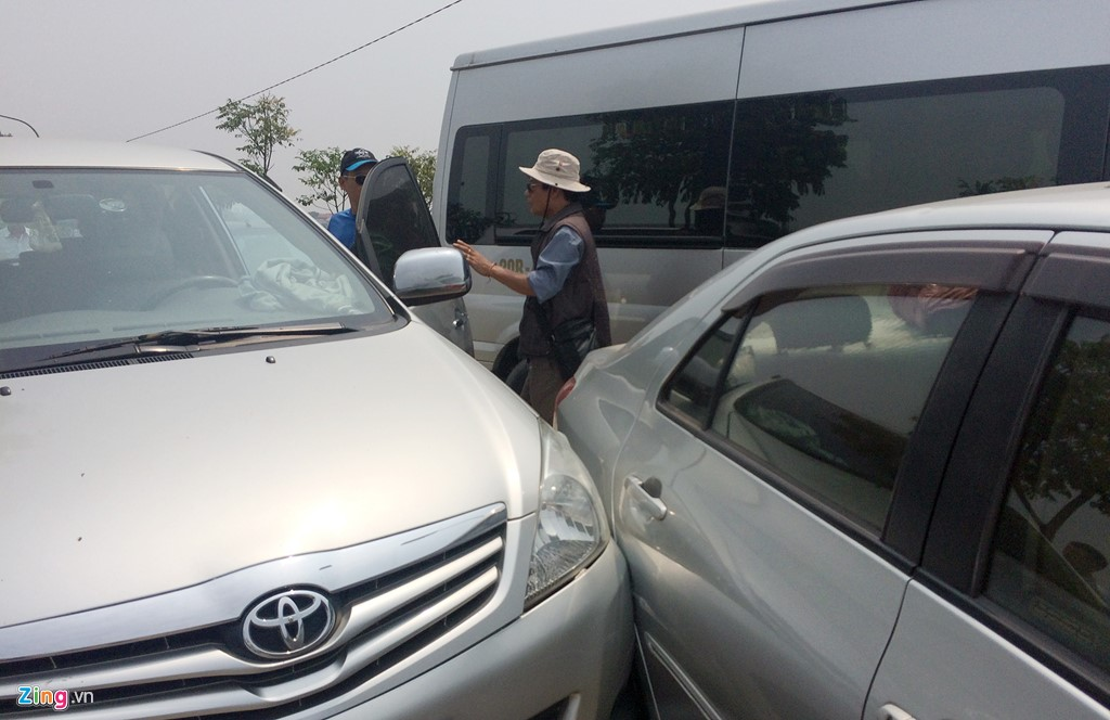 Anh: Xe hop xep hang vao nghia trang lon nhat Ha Noi-Hinh-5