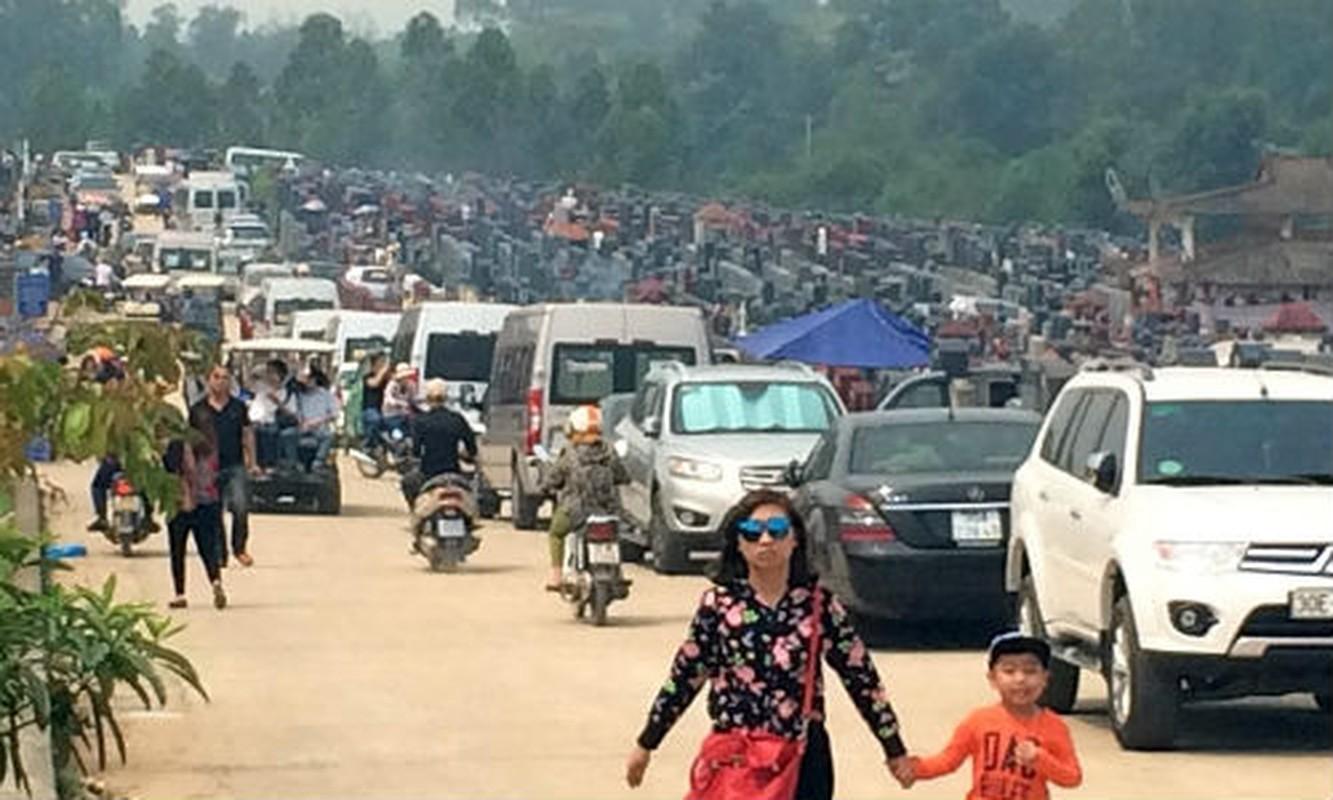 Anh: Xe hop xep hang vao nghia trang lon nhat Ha Noi