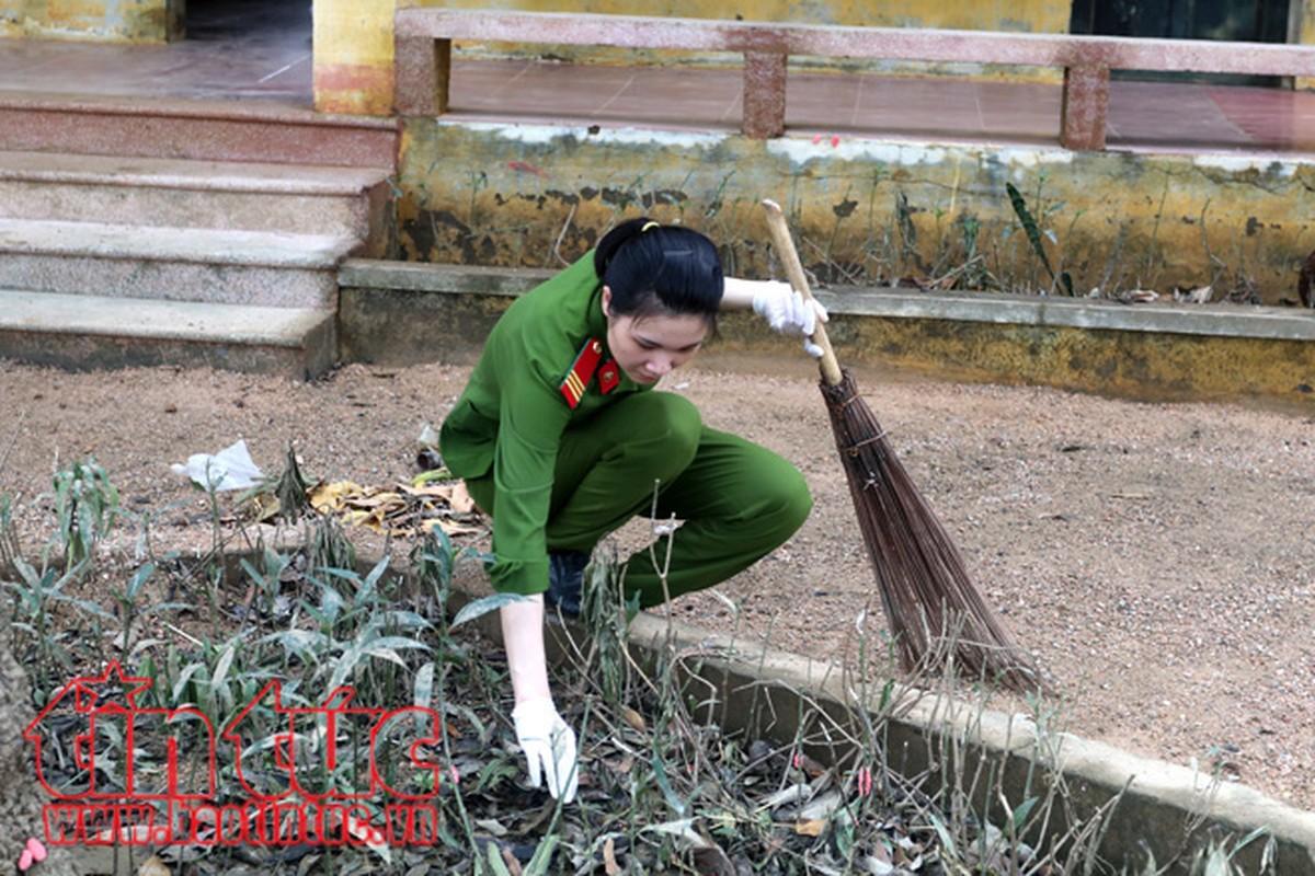 Am long canh chien si cong an giup dan trong mua lu-Hinh-10