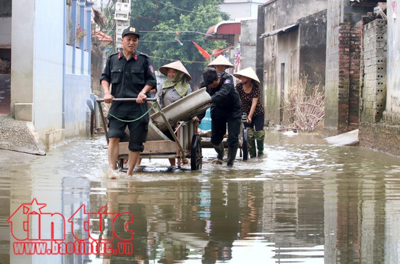 Am long canh chien si cong an giup dan trong mua lu-Hinh-11