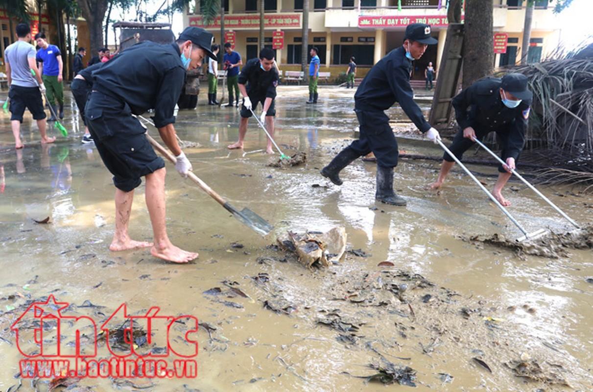 Am long canh chien si cong an giup dan trong mua lu-Hinh-2