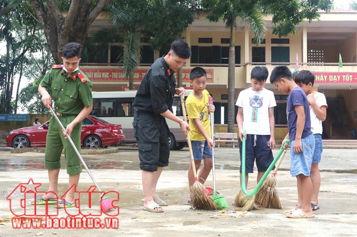 Am long canh chien si cong an giup dan trong mua lu-Hinh-9