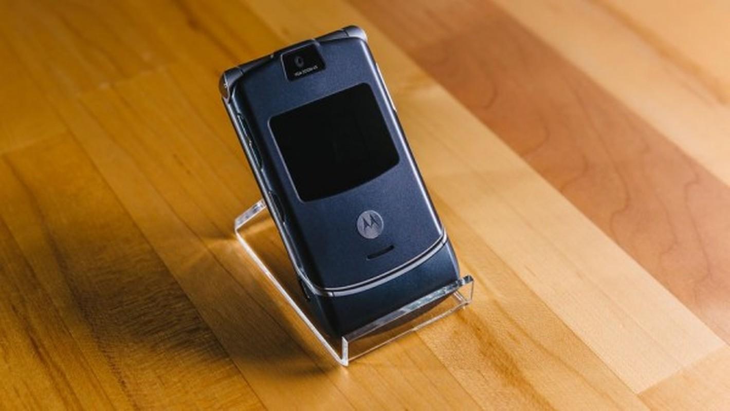 Nhin lai thiet ke chiec Motorola Razr tung khien nguoi Viet me met-Hinh-2