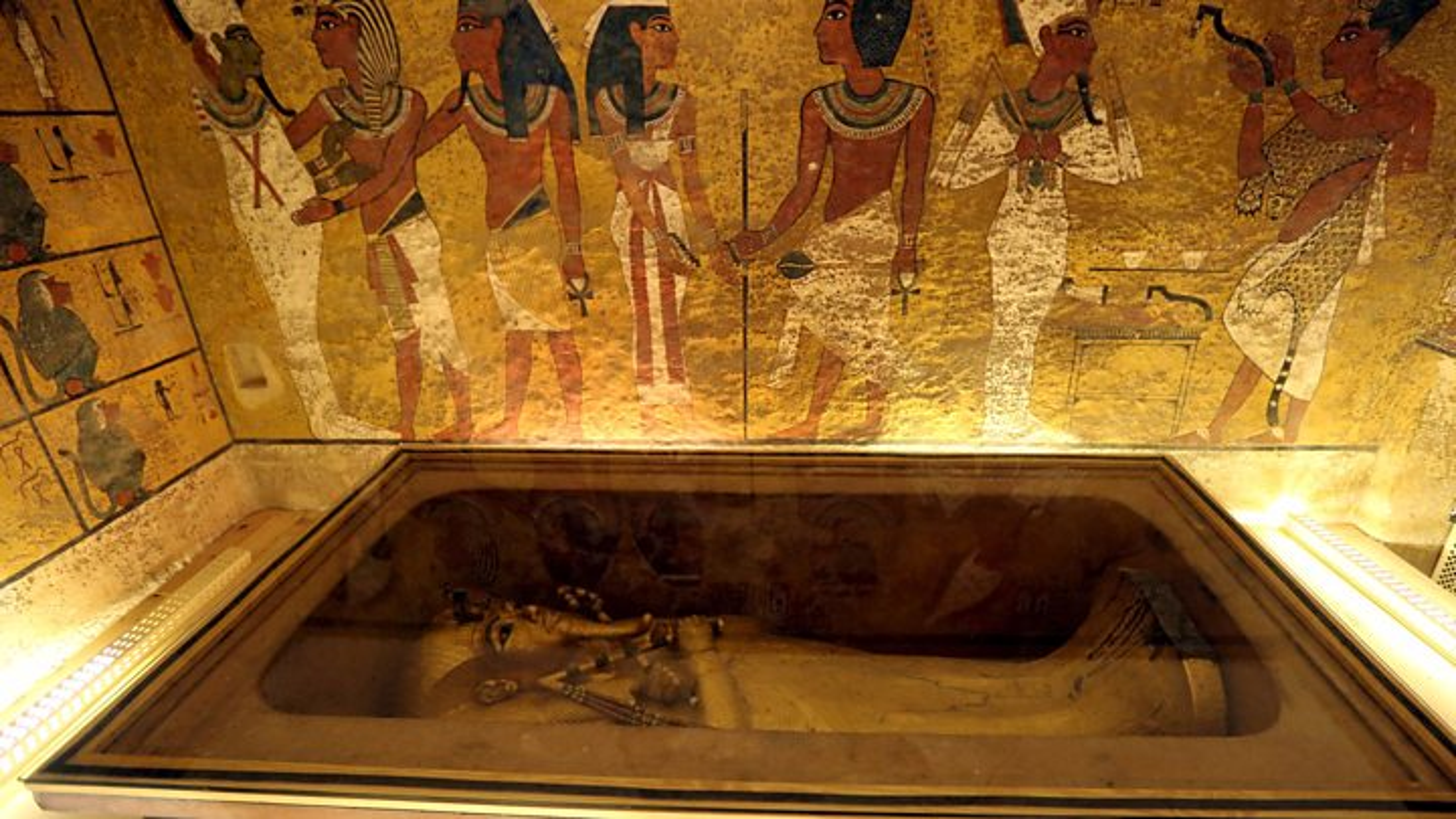 Chan dong: Mo pharaoh Tutankhamun chua thi hai nu hoang Nefertiti?