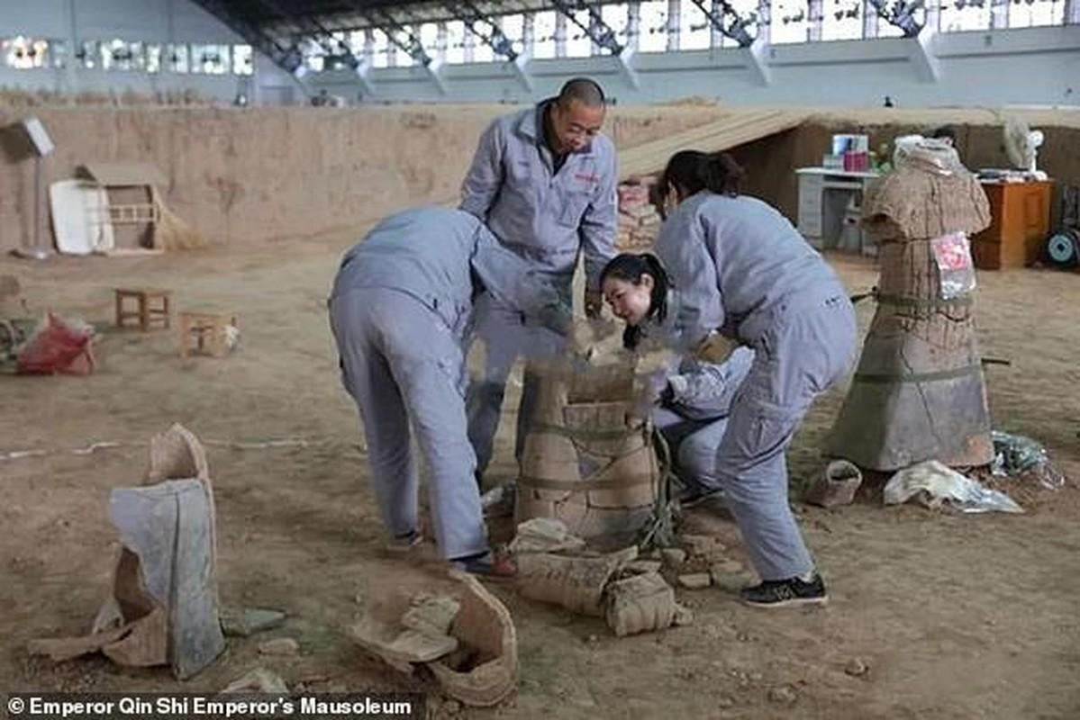 Cuc nong: Phat hien 200 tuong dat nung trong lang mo Tan Thuy Hoang-Hinh-3