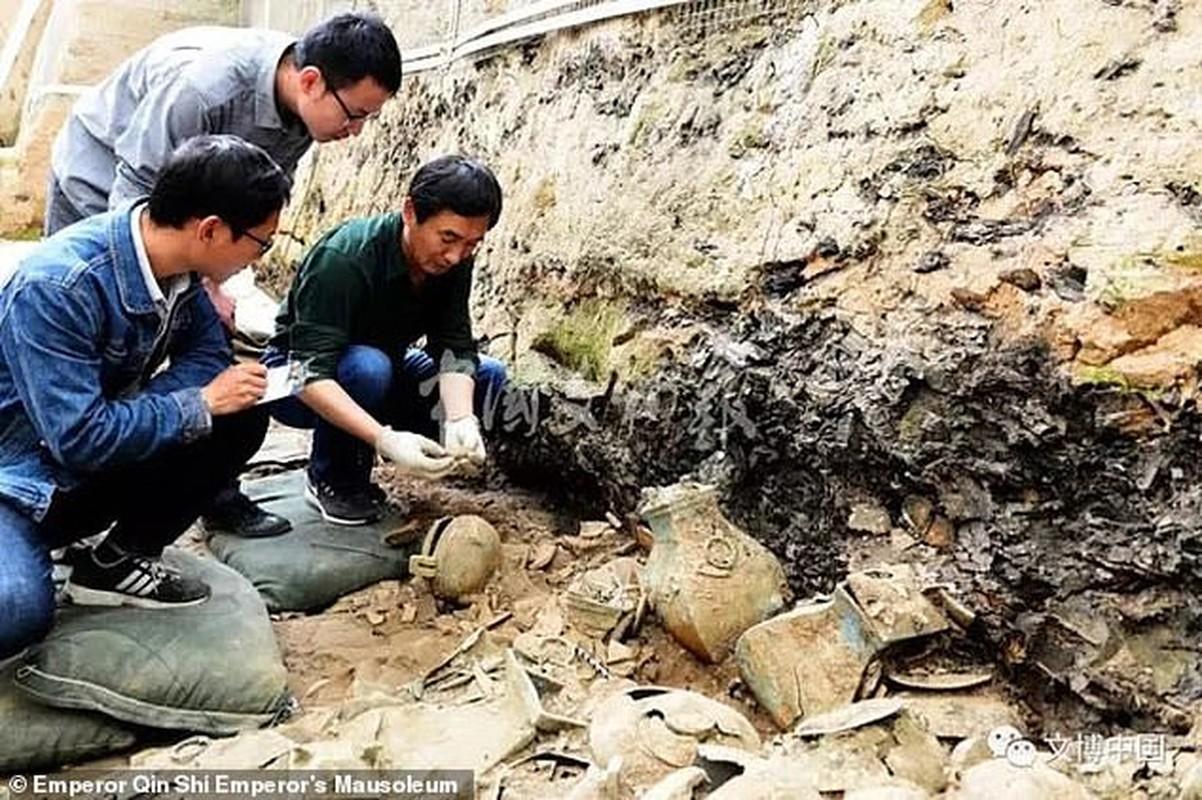 Cuc nong: Phat hien 200 tuong dat nung trong lang mo Tan Thuy Hoang-Hinh-7
